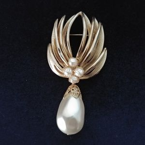 Vintage ca 1960s Faux Pearl & Gold Pin Brooch